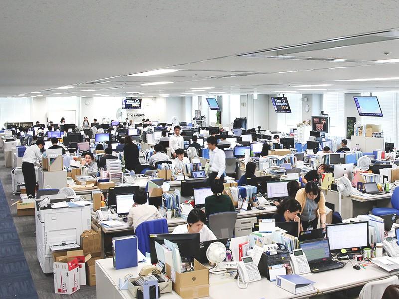 大阪本社の20階オフィスです。<br>風通しがいい社風を象徴するように、フロアを区切るパーティションがなく、全体が見通せるつくりになっています。