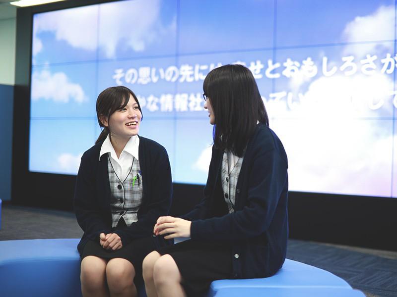 大阪本社 受付にある18面マルチモニター前で撮影。<br>いつでも相談したり情報交換できる同期が近くにいると、とても心強いです。