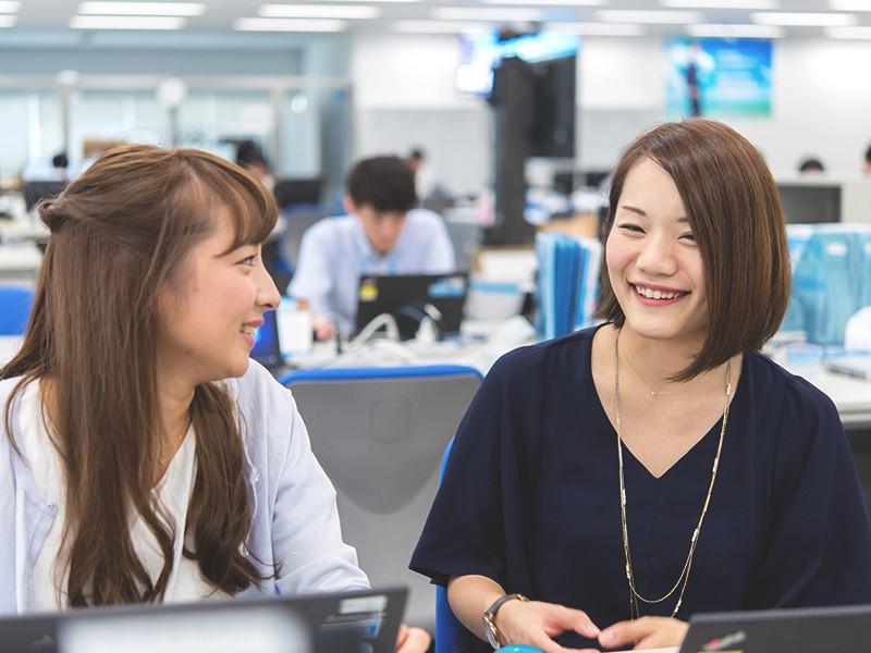 東京本社のインストラクターの2人です。<br>お客様とのコミュニケーションが大切な仕事なので、仲間との何げない会話のなかからアイデアが生まれることも。
