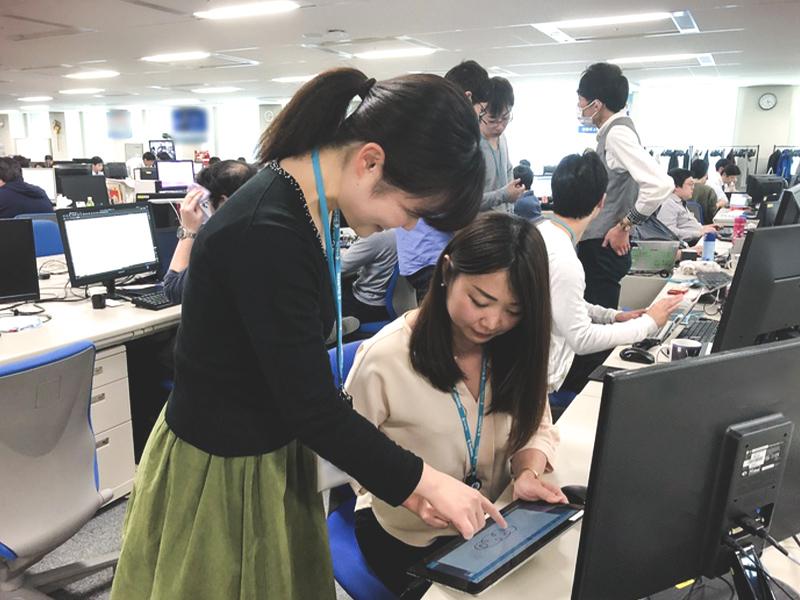 ICTソリューション事業部に所属する「SKYMENU」シリーズの開発メンバーです。実際にタブレットを操作し、使う人の気持ちになってみることも、開発にとって大切なことだと考えています。(撮影日:2019年4月)